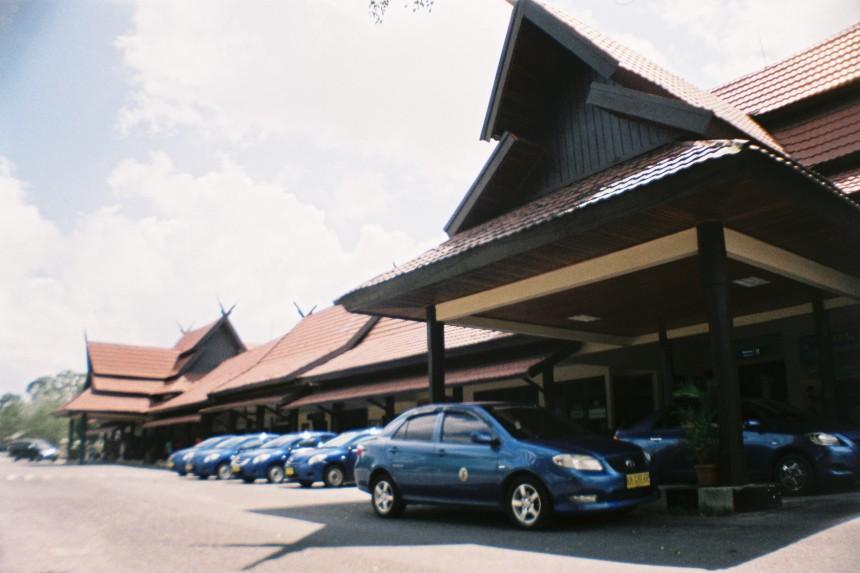 L'aéroport de Pangkalan Bun et ses taxi bleus / Camera : Sardina